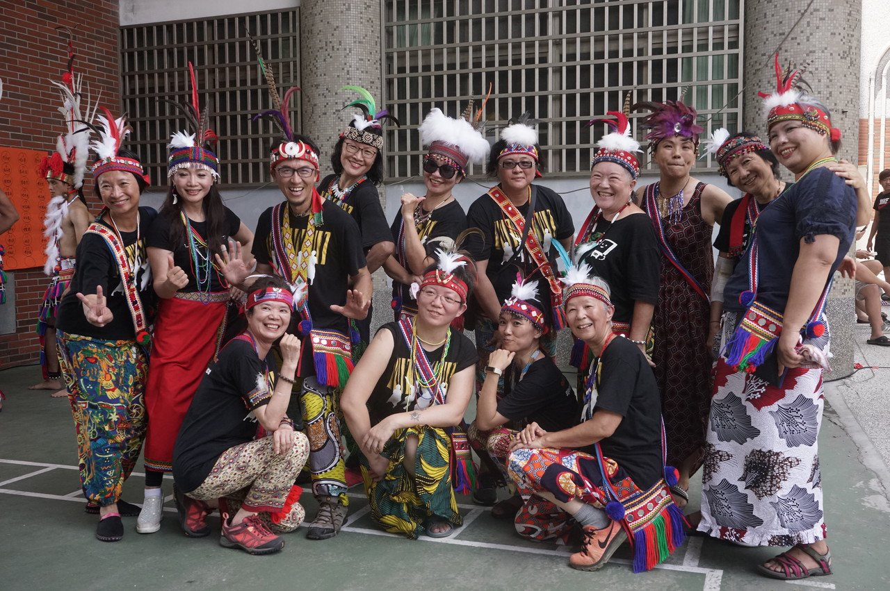 來自台北的「啪哩啪哩」非洲鼓舞團今在花蓮市阿美族吉寶竿部落豐年祭演出,團員們穿戴...