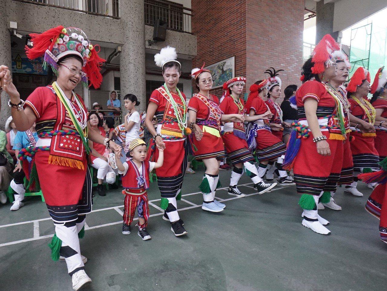 花蓮市阿美族吉寶竿部落今辦豐年祭,族人熱情參與。記者王燕華/攝影