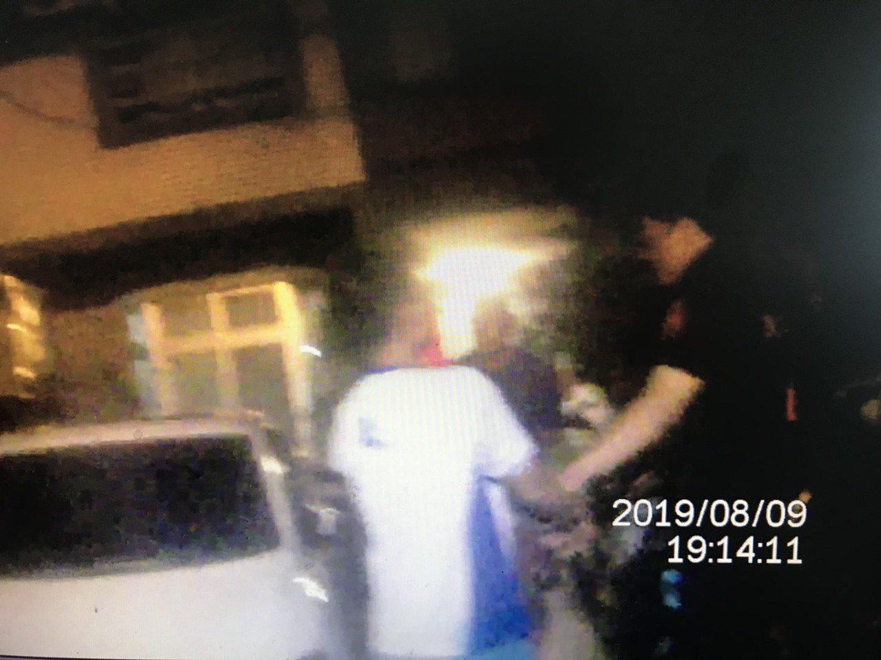 楊嫌越籍移工見警上前盤查,便拔腿狂奔,立即遭警方壓制在地。圖/楊梅分局提供