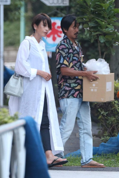 森田剛與宮澤理惠大熱天外出買植栽。圖/翻攝自女性SEVEN