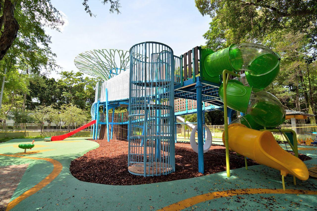 遊戲組共有3個不同規格的滑梯,還有攀爬、吊梯等設施。圖/取自臺北市政府工務局公園...