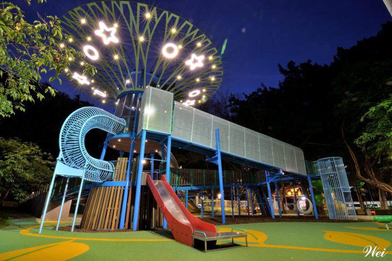 夜晚會於天空樹上點上星形燈光,模樣可愛。圖/取自臺北市政府工務局公園路燈工程管理處官網
