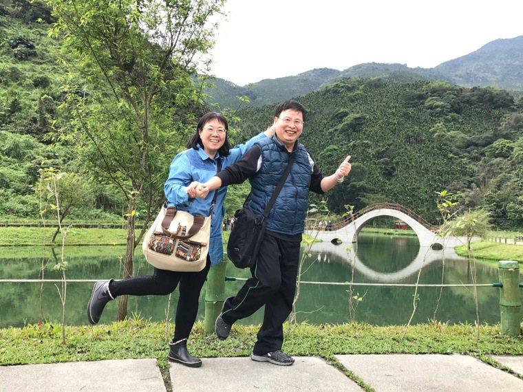 阿塗(右)因腦出血中風而遺失記憶,好在太太陳素芬(左)耐心帶他去醫院復健、參加宗...