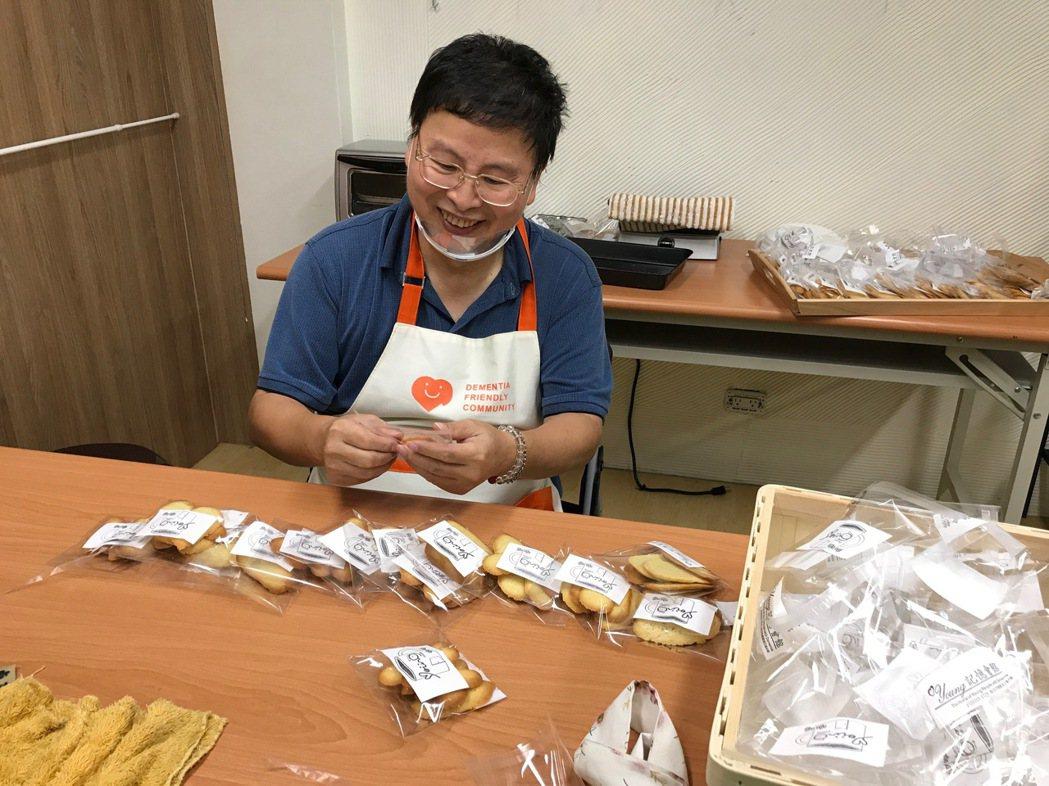 阿塗病後參加Young記憶會館的訓練,擔任咖啡坊的工作人員。 圖/陳素芬提供