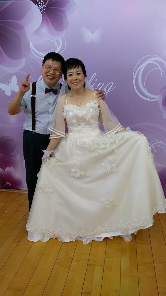 阿塗(左)和太太陳素芬(右)去年參加「好幸福圓夢」公益活動,倆人穿西裝披婚紗,再...