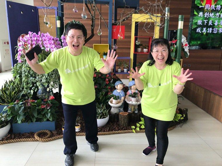 阿塗(左)因腦出血中風而遺失記憶,好在太太陳素芬(右)耐心帶他去醫院復健、參加宗...