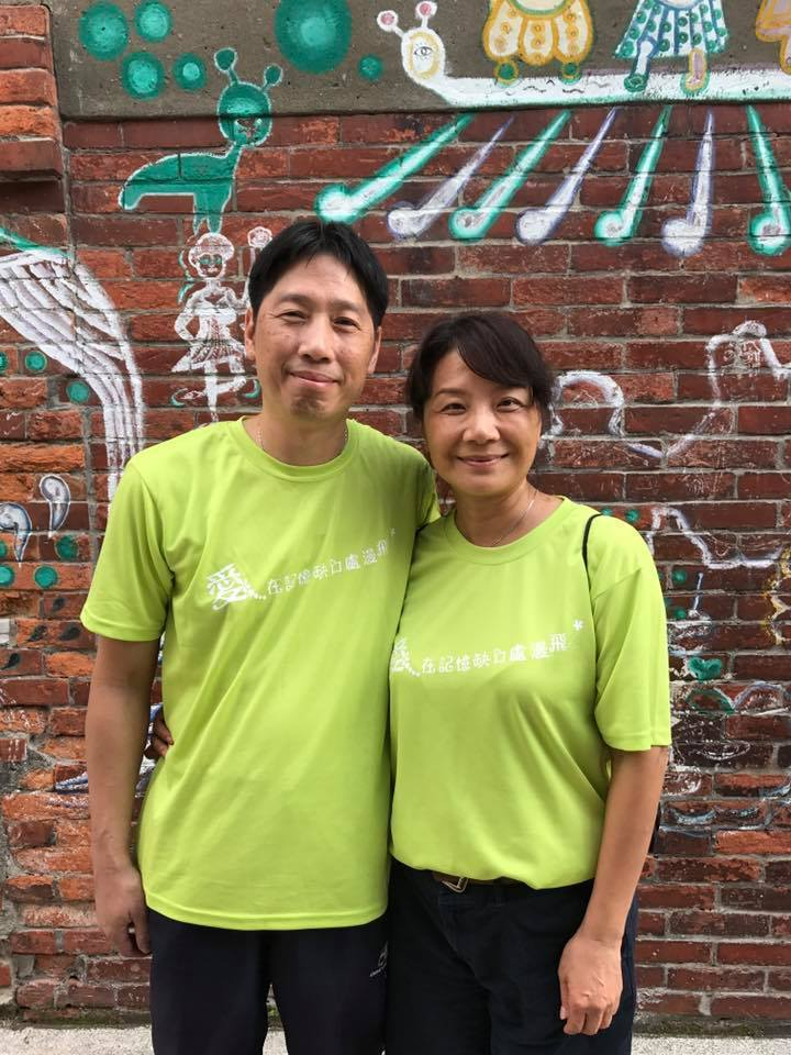 李大哥(左)病後失去工作不到一年,失智病程就嚴重惡化。李太太(右)籲請政府重視早...