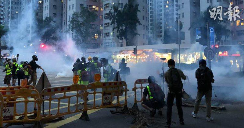 香港防暴警察10日晚間7時施放催淚彈,示威者隨即撤離。(明報)