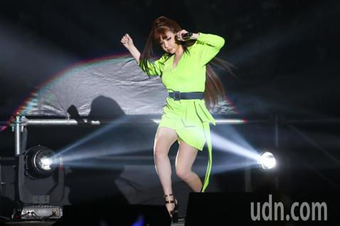 前韓國女子團體「2NE1」的主唱朴春今來台,晚間在新北五股舉行見面會,一開場連唱多首動感歌曲讓歌迷嗨翻。