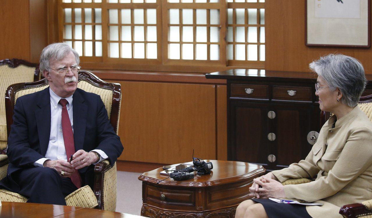 白宮國家安全顧問波頓(左)月前訪韓,並與南韓外長康京和(右)舉行會談。歐新社