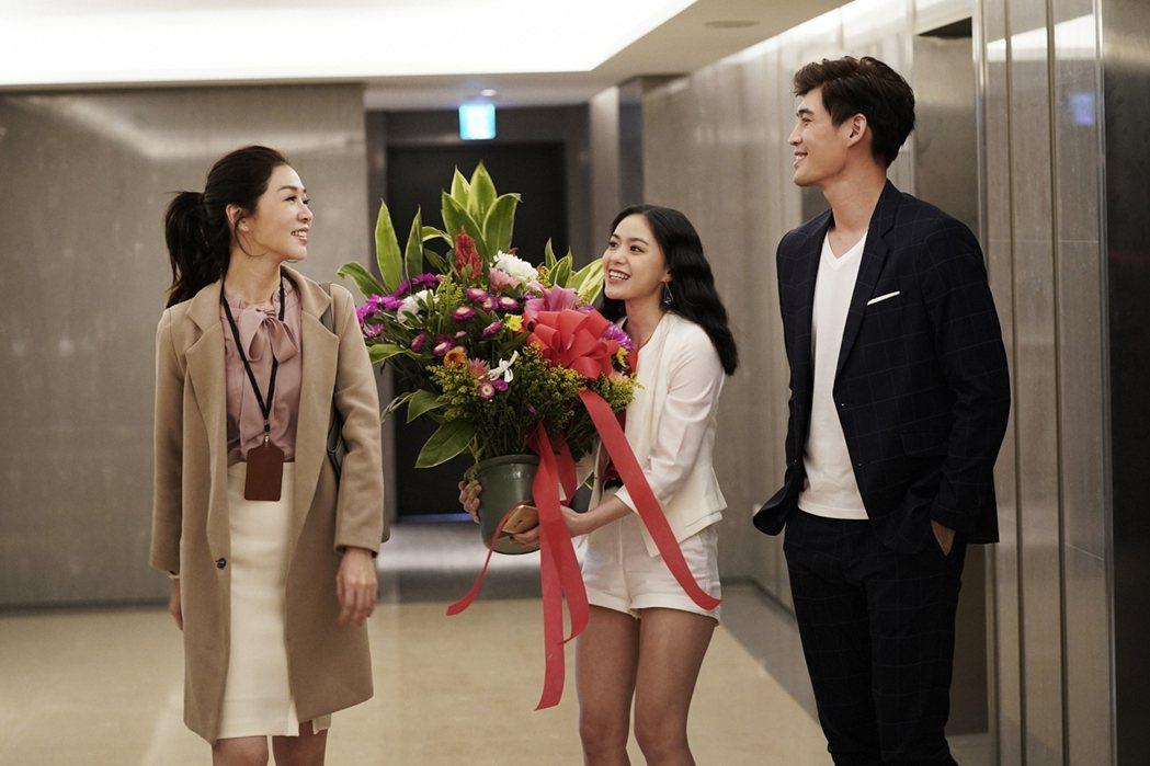 謝盈萱(左)在「俗女養成記」戲中,一見飾演帥氣廠商代表的吳允瀚,深受吸引。圖/華...