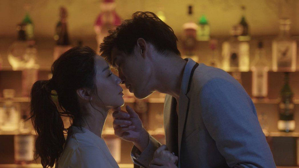 謝盈萱(左)在「俗女養成記」戲中精神出軌,差點吻上吳允瀚。圖/華視提供