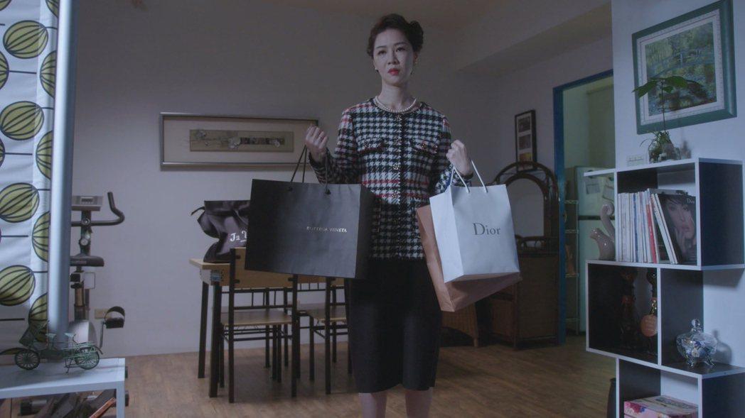 謝盈萱在戲中被未來婆婆改造成熟女無奈模樣。圖/華視提供