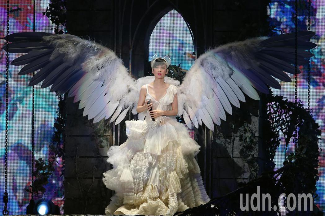 玉女掌門人周慧敏晚間在小巨蛋舉辦「萬天荒愛未老」出道30週年演唱會,她以天使造型...
