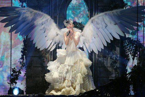 永遠的「玉女掌門人」周慧敏今晚首度破蛋,場滿近9成,才唱2首歌,周慧敏感謝粉絲沒有忘記她,感性表示:「25年前我人生第一場演唱會就是在台灣舉行,現在我又回來開,太圓滿了這感覺。」說到感性一度泛淚,直...
