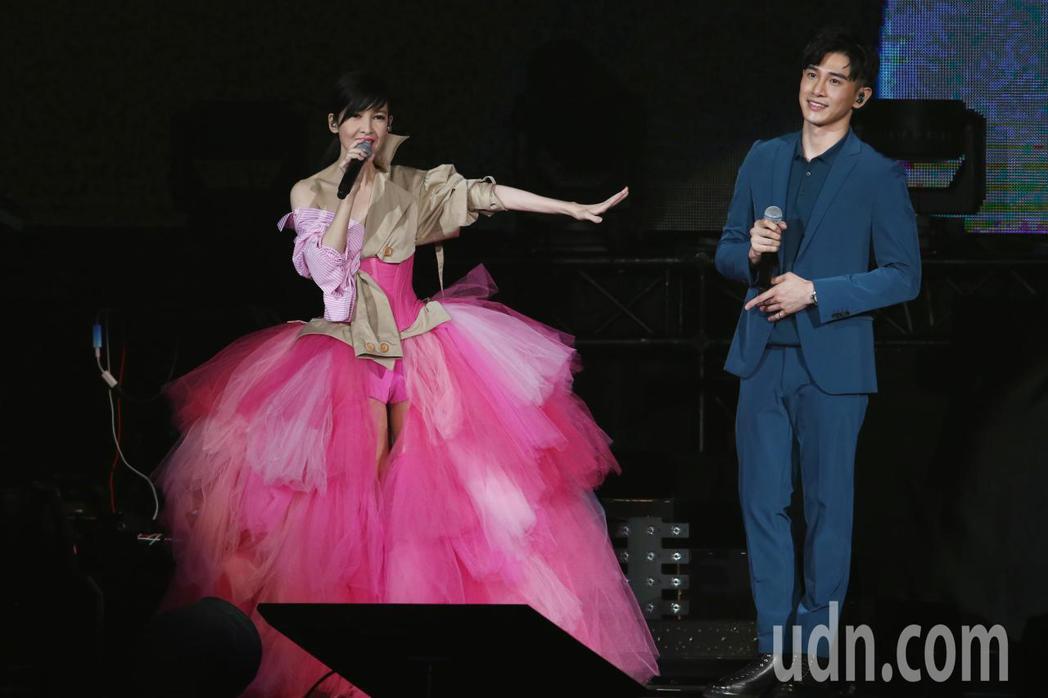 玉女掌門人周慧敏(左)晚間在小巨蛋舉辦出道30週年演唱會,她邀請張立昂(右)一同...