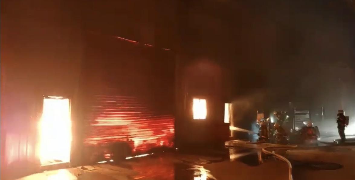 大園工廠火警,高溫造成鐵皮架構塌陷。圖/消防提供