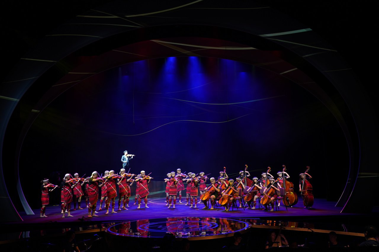 小提琴家林品任和南投親愛國小愛樂弦樂團合作「代代相弦」,用西洋音樂奏出歌仔戲、客...