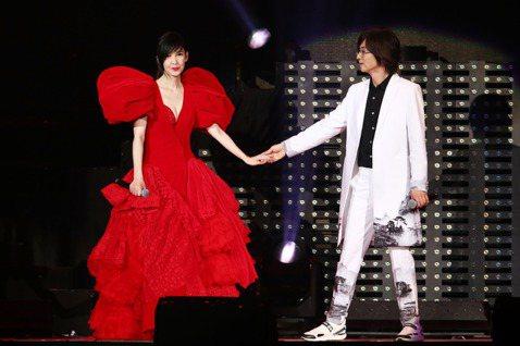 周慧敏「一萬天荒愛未老」出道30週年演唱會,今晚安可時,換上了紅色深V性感禮服再度登場,表示在1992年有一首很重要的歌,把她帶來台灣,「今天,必須要請到一位非常重要的人物與我一起再表演這首歌,才能...