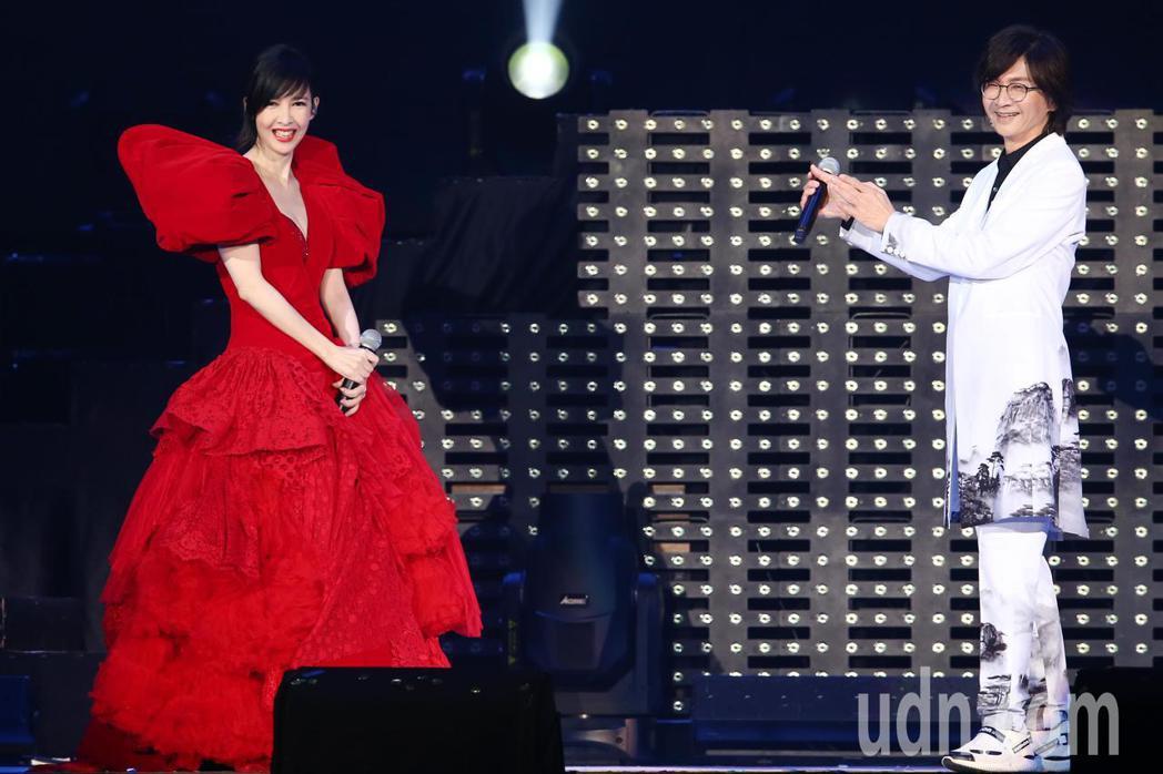 周慧敏(左)晚間在小巨蛋舉辦出道30週年演唱會,終場跟壓軸嘉賓林隆璇(右)合唱「...