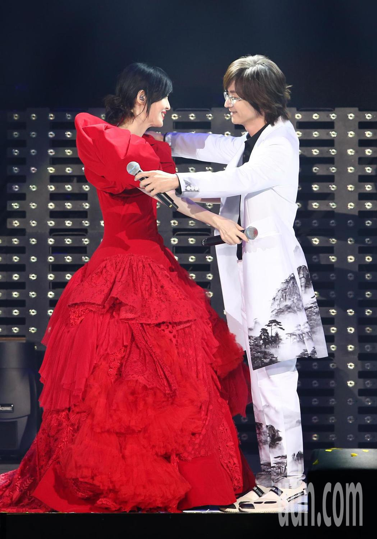 周慧敏(左)晚間在小巨蛋舉辦演唱會,終場跟嘉賓林隆璇(右)合唱「流言」、「知己」...