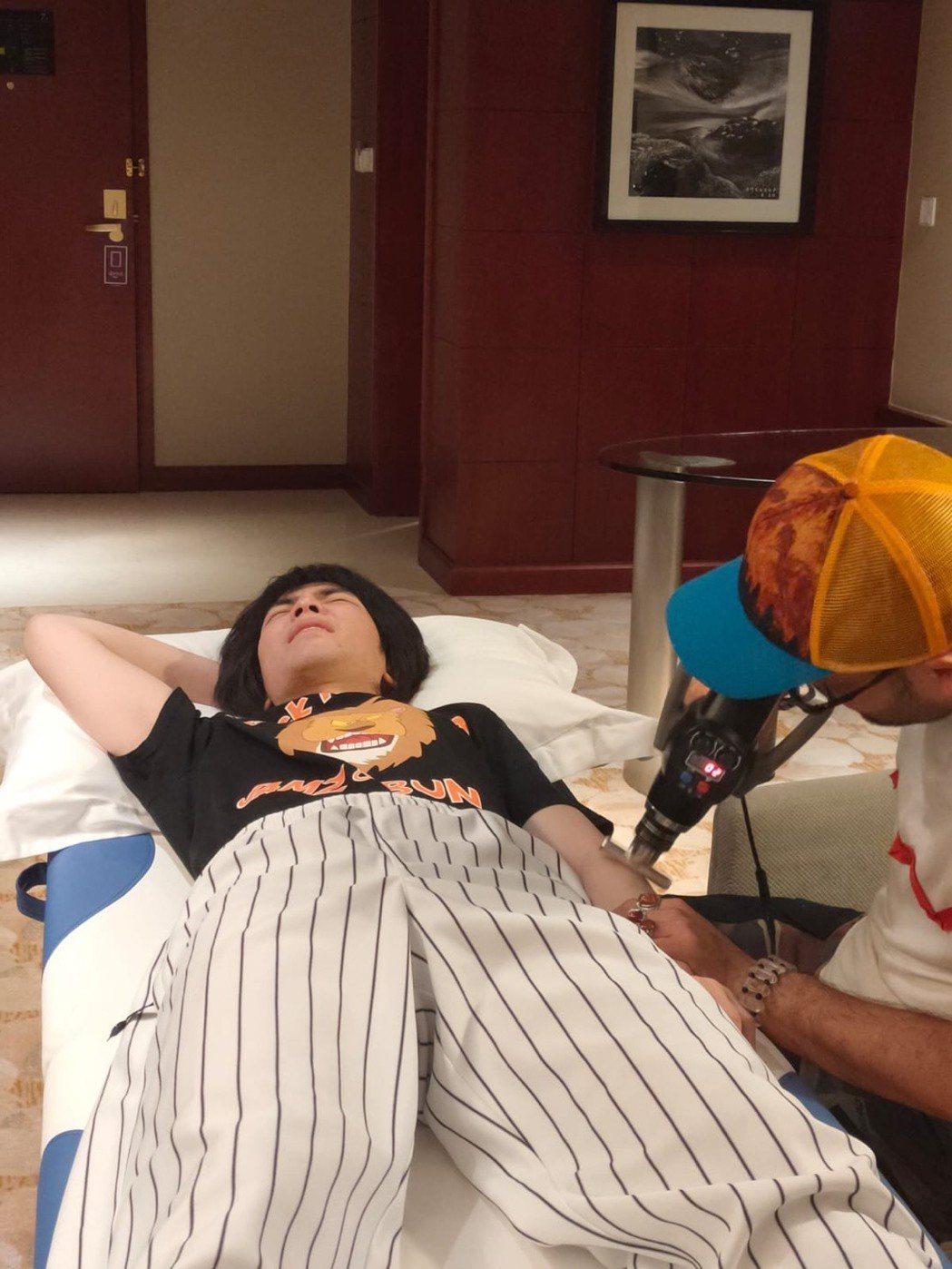老蕭打球不慎摔傷,導致左手腫脹,現由林書豪專屬復建師緊急治療中。圖/喜鵲提供