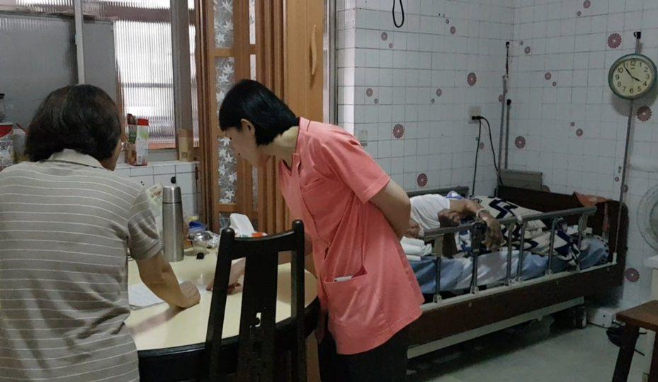 成大醫院安寧居家護理師(中)到患者家中協助家屬解決末期患者的諸多問題。記者修瑞瑩/攝影