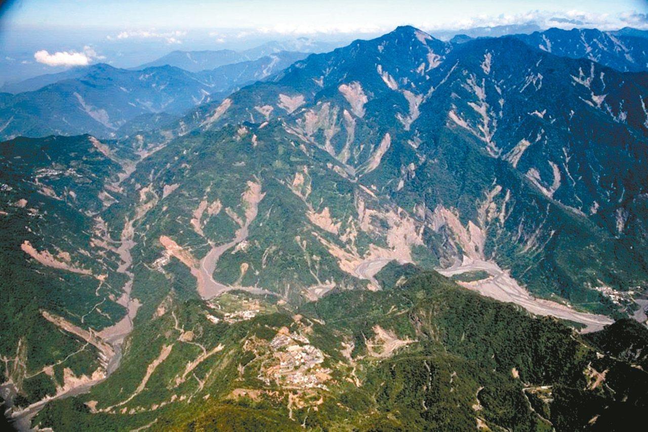 圖為莫拉克風災後不久,霧台山林的破碎景象。 圖/張大川提供