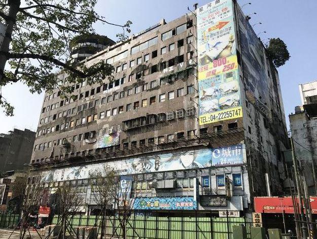 台中千越大樓從火災廢墟,變身塗鴉大樓。 圖/聯合報系資料照片
