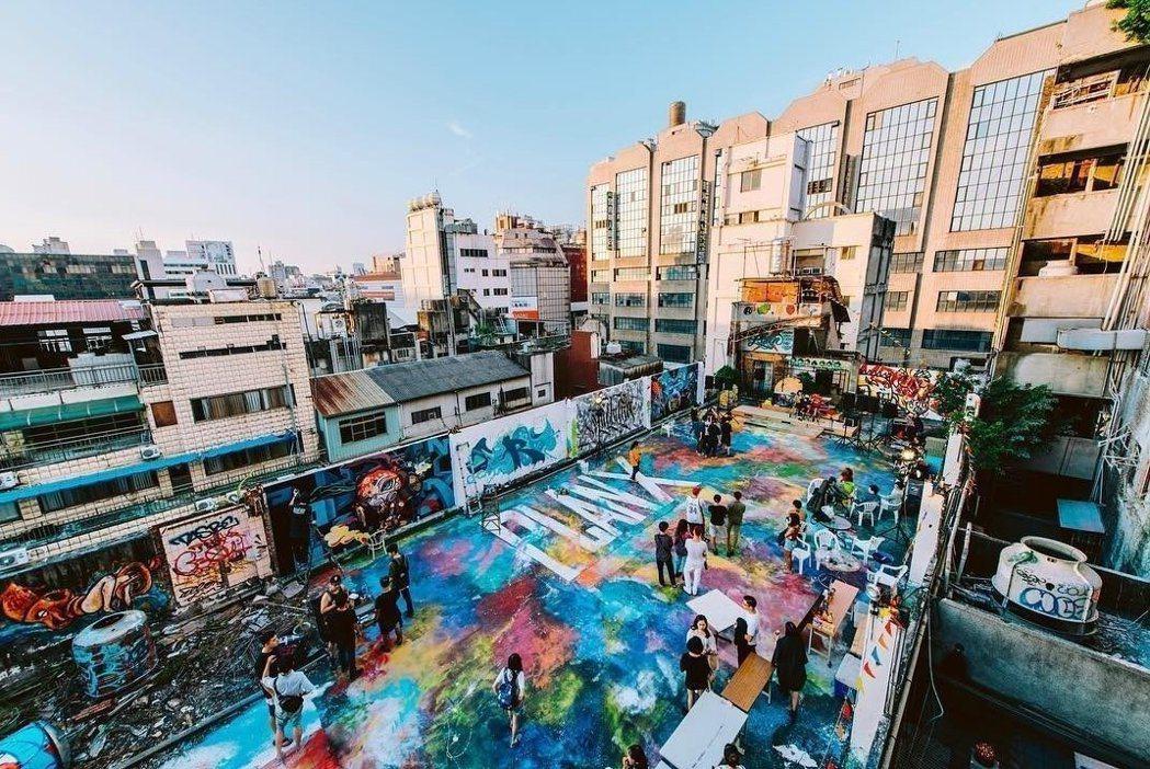 千越大樓的6樓及13樓分別是樓層屋頂,經塗鴉彩繪平台、及飛碟屋餐廳,都是非常受歡...