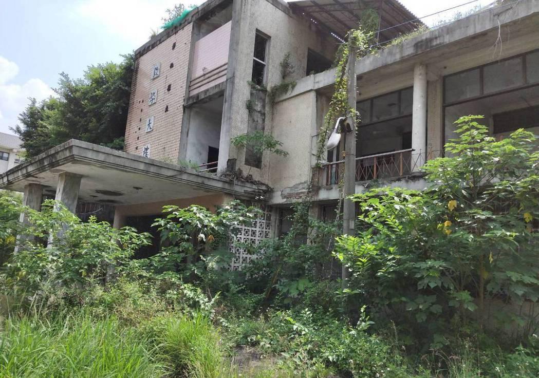 員林醫院20年前被彰化縣府裁撤後閒置至今,內部一片髒亂,被網友稱為員林鬼屋。 圖...