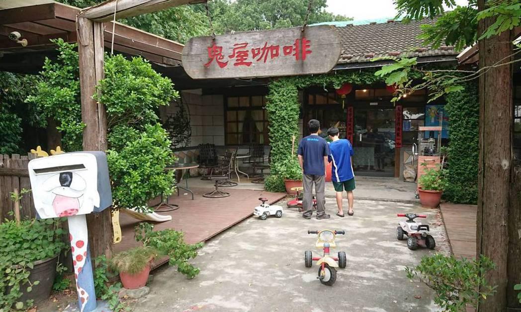 民雄鬼屋旁的「鬼屋咖啡」,已成為許多年輕人打卡勝地。 記者卜敏正/攝影