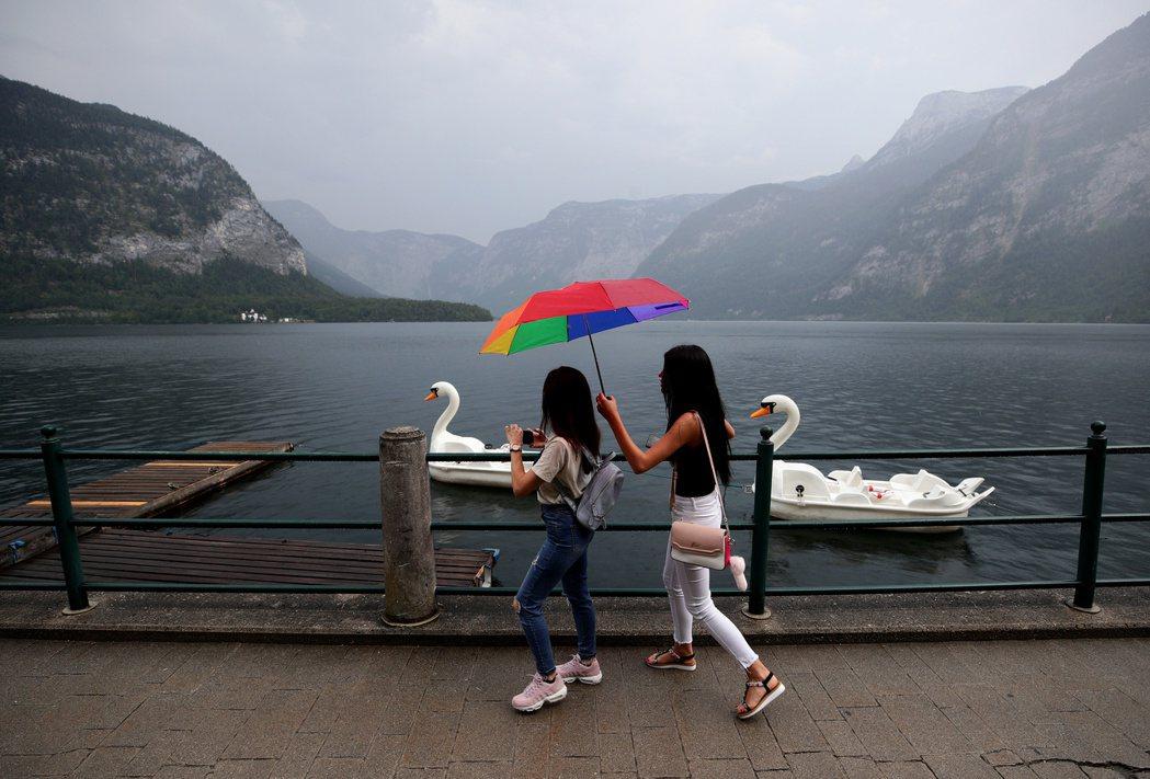 遊客到哈爾施塔特喜歡搭乘遊船欣賞小鎮風景。 (路透)