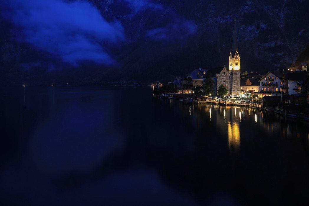哈爾施塔特湖畔小鎮夜景。  (路透)