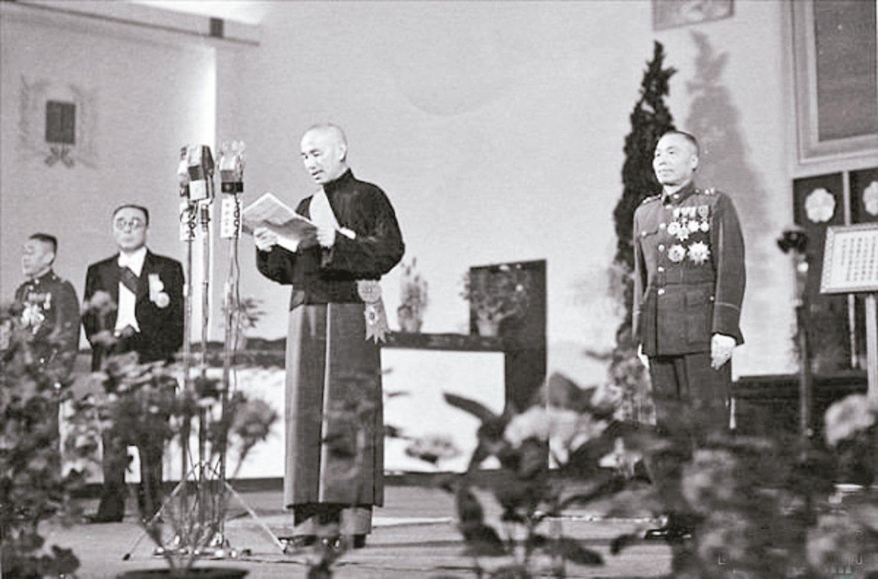 1948年,蔣介石(中)當選中華民國第一任總統,右為副總統當選人李宗仁。 圖/取...