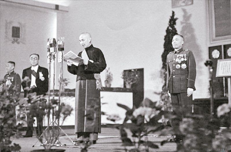 1948年,蔣介石(中)當選中華民國第一任總統,右為副總統當選人李宗仁。 圖/取自網路