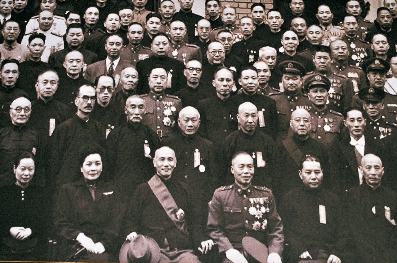 1948年5月20日,蔣介石(左三)與李宗仁(右三)在正副總統就職典禮合影。 圖...
