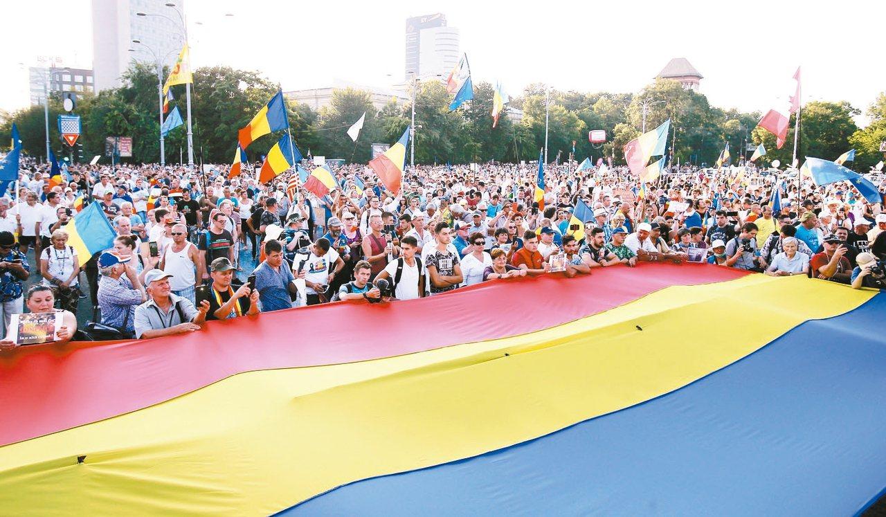 羅馬尼亞數萬名民眾10日在首都布加勒斯特抗議,要求政府下台。 歐新社