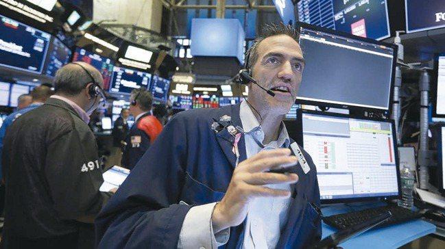 美股三大指數今日盤初上漲逾1%。 美聯社