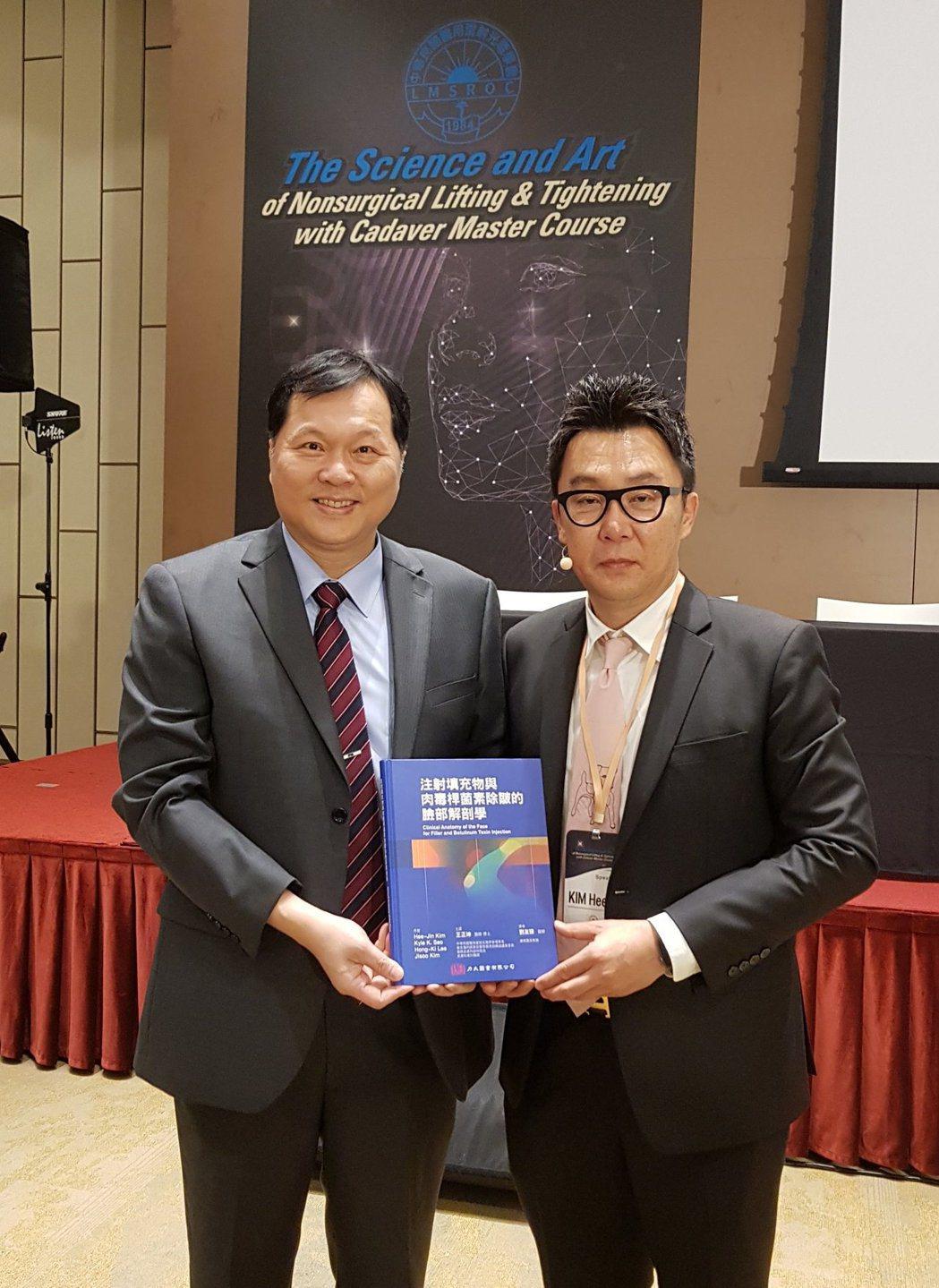 王正坤醫師(左)與英文版作者韓國金教授合影. 王正坤醫師/提供