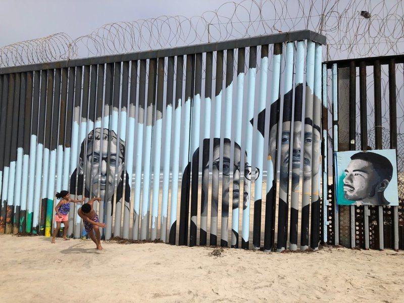 莎塔納發起在邊境圍牆設計互動式壁畫的計畫,希望透過故事喚起人們對移民議題的重視。(Photo by 網路截圖)