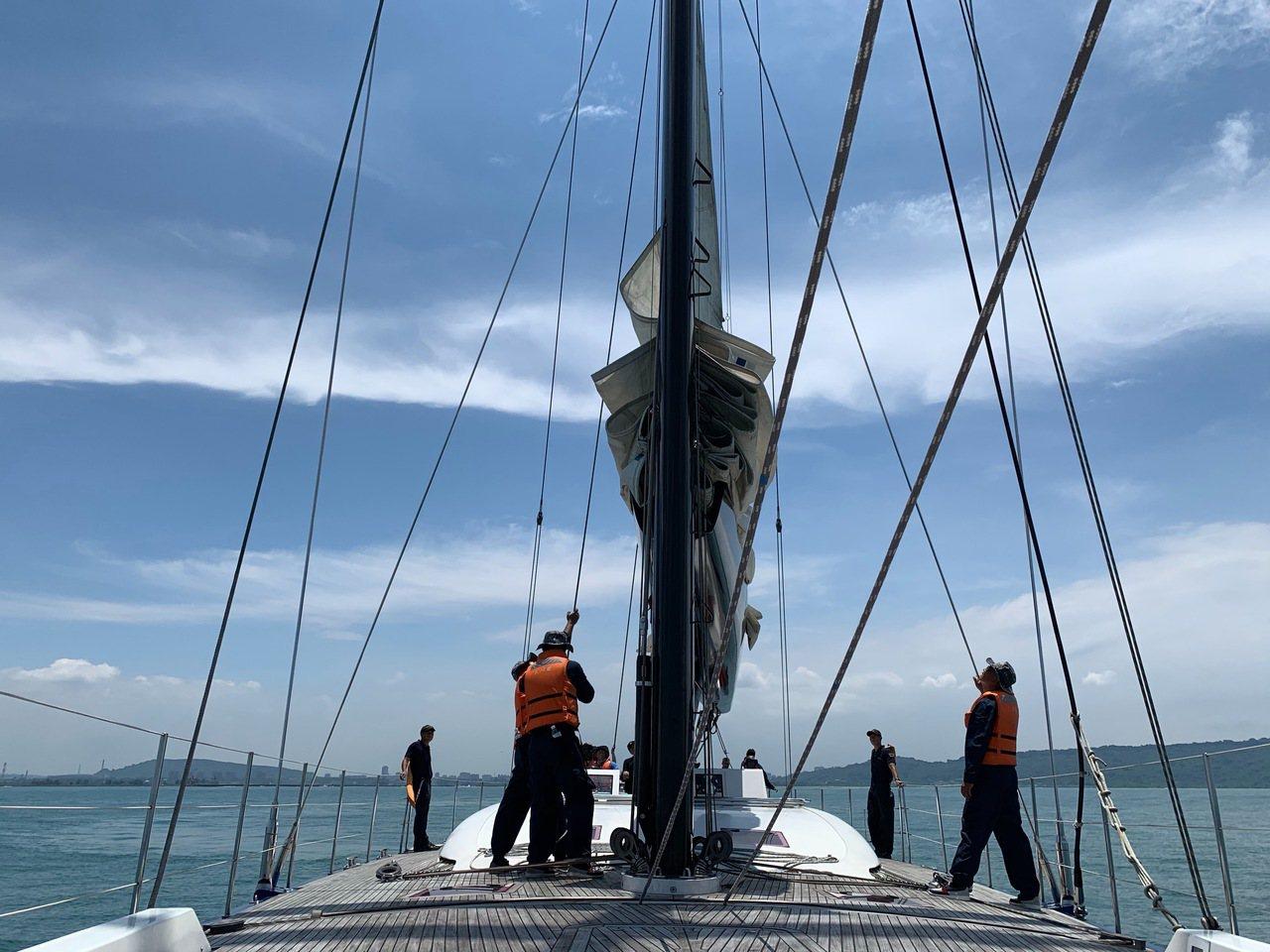 海軍151艦隊的TSV-1訓練帆船日前首度曝光,官兵依序操作換舷作業揚帆出海,成...