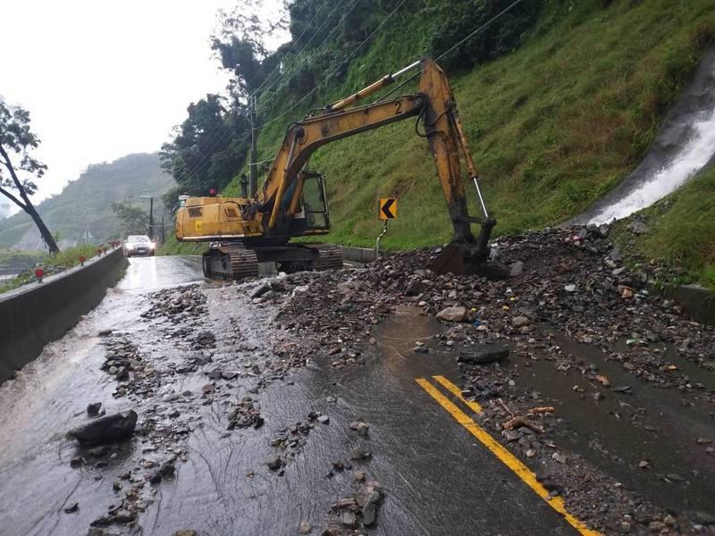連日豪雨,高雄桃源南橫公路出現零星落石,台20線93k又700公尺處一度發生落石,目前道路已搶通。記者徐白櫻/翻攝