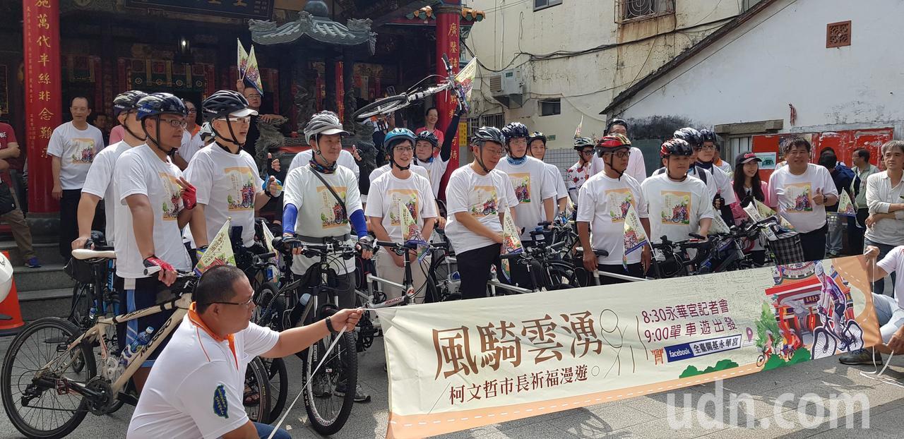 柯文哲上午南下騎單車拜訪台南市中心10間廟宇。記者修瑞瑩攝影