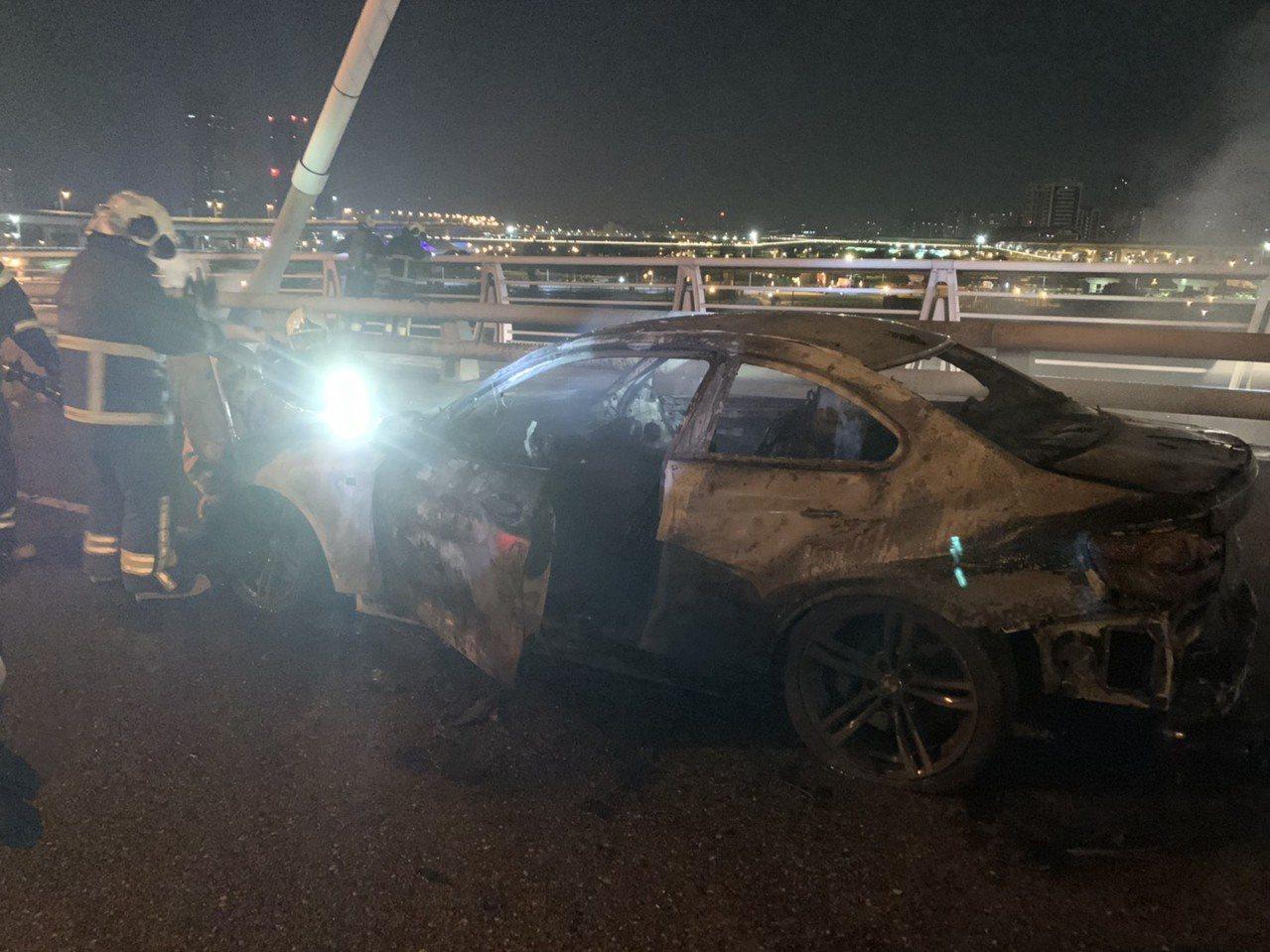 火勢撲滅之後,BMW跑車已完全燒毀。記者林昭彰/翻攝