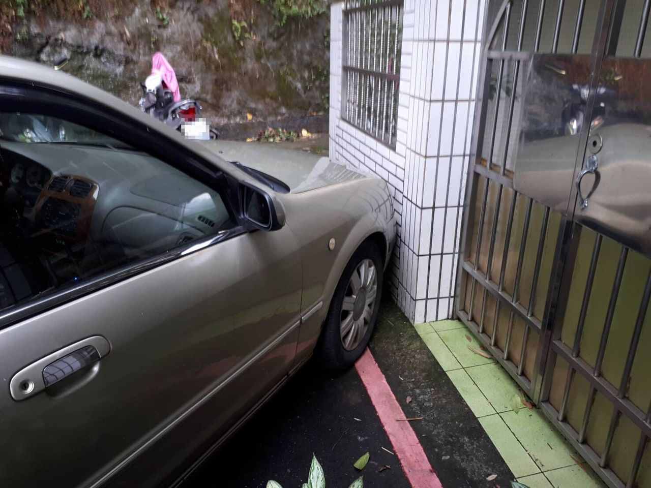 閻男駕車擦撞民宅牆壁後,便下車改以徒步方式逃逸。記者柯毓庭/翻攝