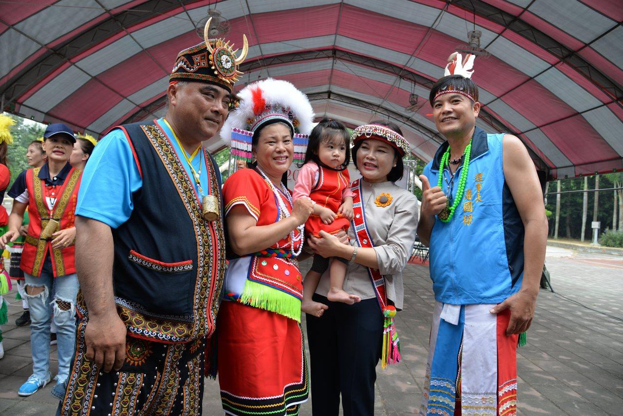 縣長張麗善(右二)等人也到場與原住民朋友一起共舞,共同歡度原住民豐年祭。圖/縣府...