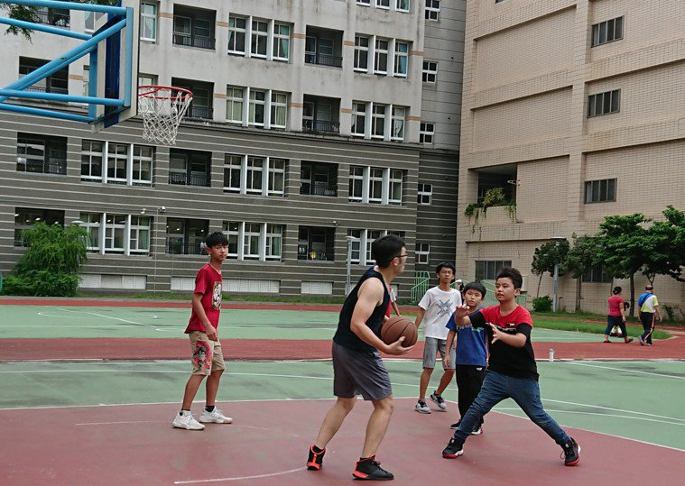 打籃球。記者蔡容喬/攝影
