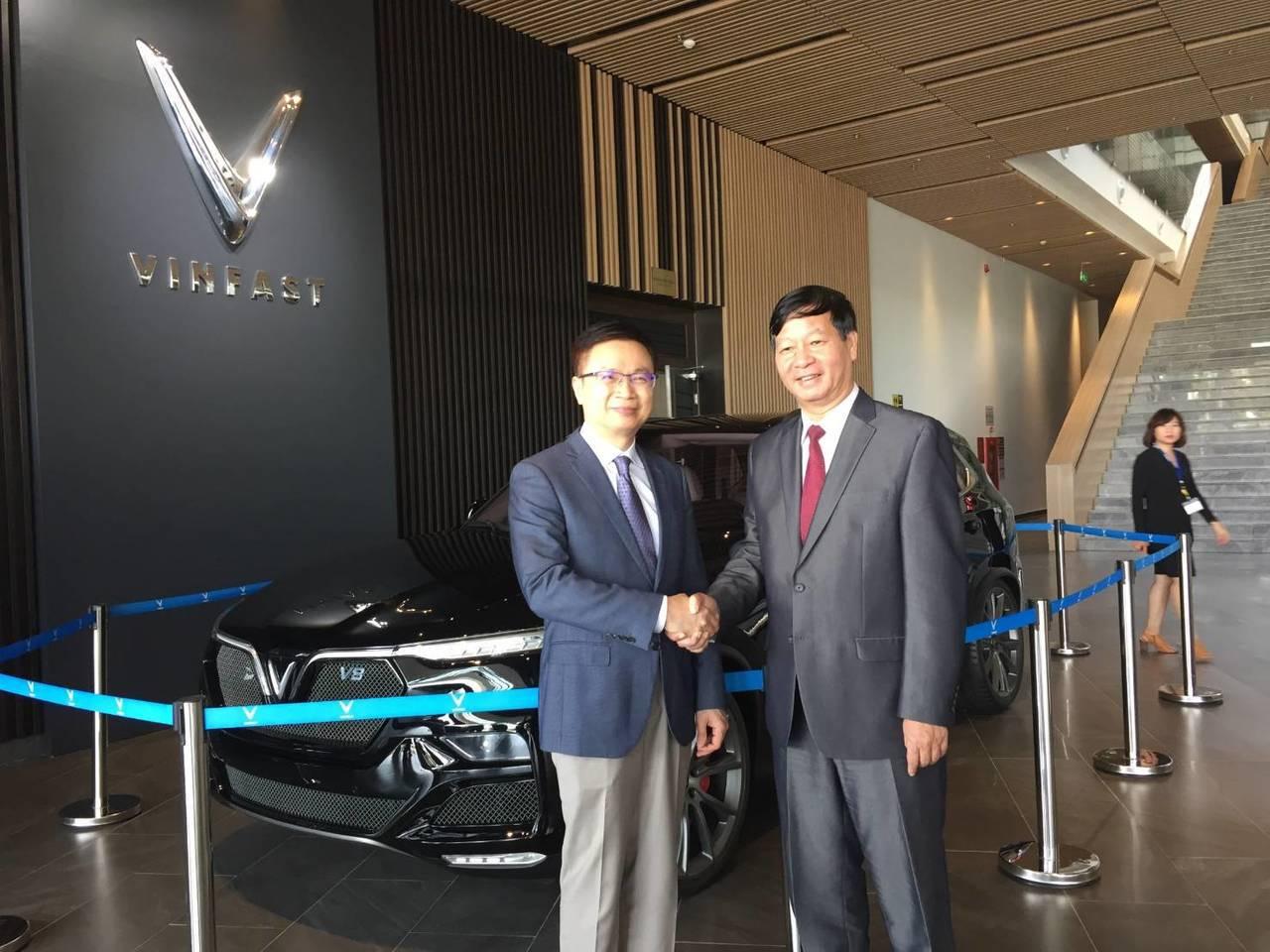 貿協董事長黃志芳(左)與VinGroup集團副總裁黎克協合影。圖/貿協提供