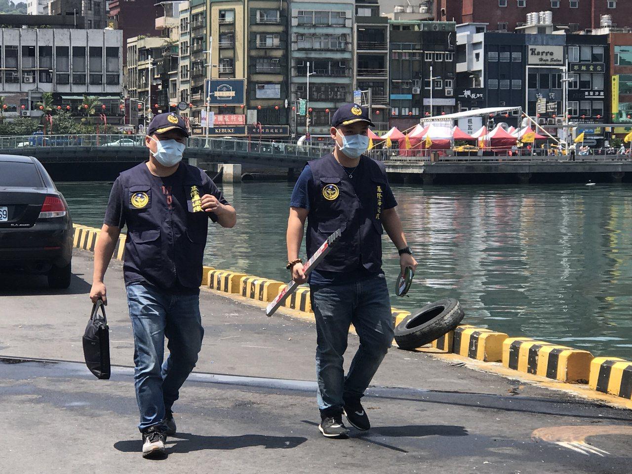 公主遊輪將墜海死亡的王女安置在醫務室冰庫,今早和船一起返回基隆港,海巡人員正上船...
